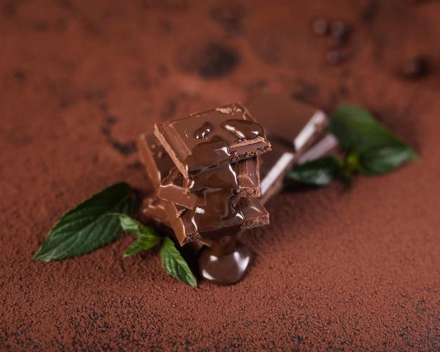 Quadrati di barretta di cioccolato ad alto angolo con sciroppo Foto Gratuite