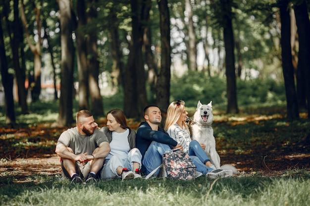 Quattro amici si riposano in una foresta Foto Gratuite