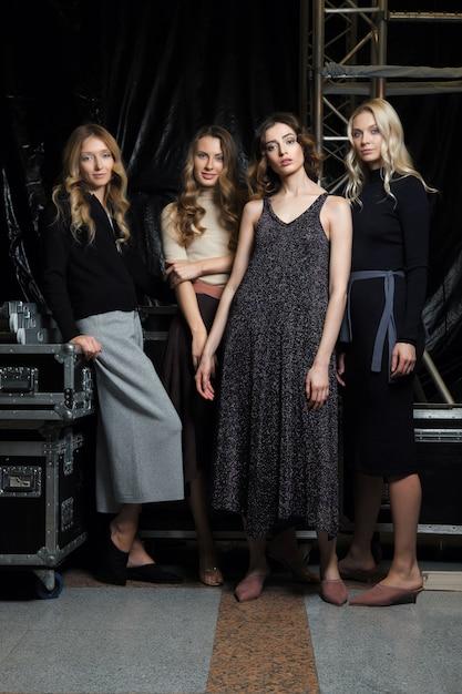 Quattro belle ragazze in abiti a maglia Foto Premium