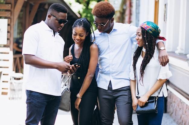 Quattro persone afroamericane che fanno una pausa bar Foto Gratuite