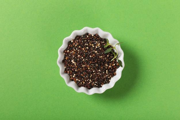 Quinoa in ciotole bianche Foto Premium