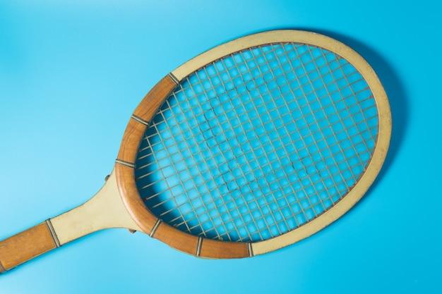 Racchetta da tennis su sfondo blu. equipaggiamento sportivo. Foto Premium