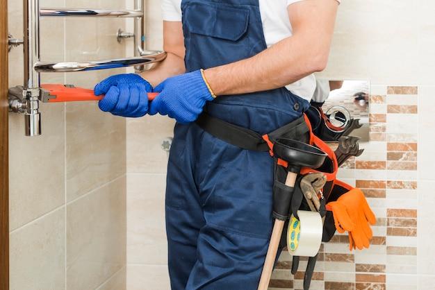 Raccogli idraulico usando la chiave inglese Foto Gratuite