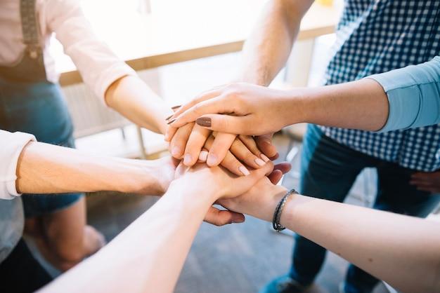 Raccolga i colleghi che si tengono per mano insieme Foto Gratuite