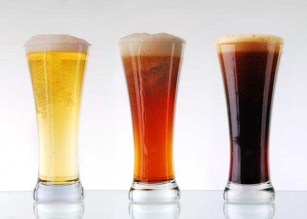 Raccolta di birra - tre bicchieri di birra Foto Premium