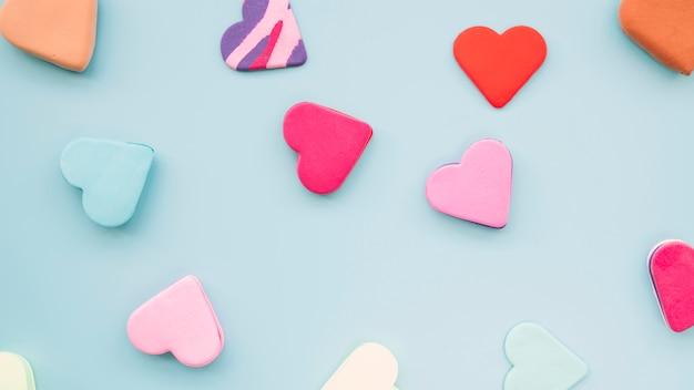 Raccolta di gustosi biscotti freschi a forma di cuori Foto Gratuite