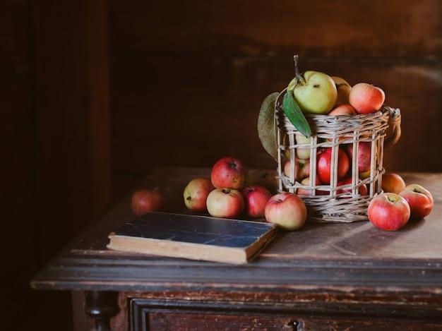 Raccolta fresca delle mele sane dell'azienda agricola in un barattolo Foto Premium