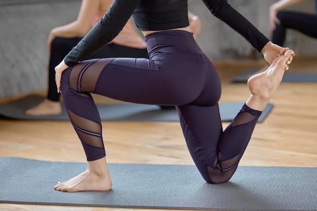 Raccolto di donne che praticano yoga nella hall. Foto Gratuite
