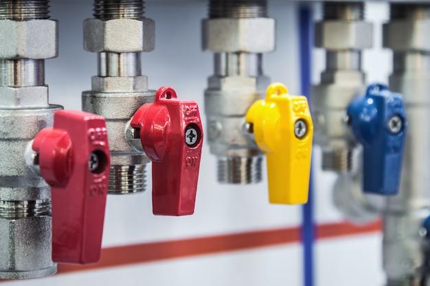 Raccordi e valvola, tubi e adattatori. apparecchi idraulici e parti di tubazioni Foto Premium