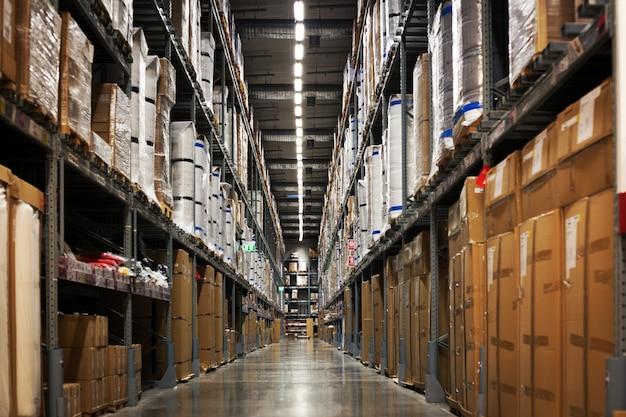 Rack di magazzino con scatola e confezione Foto Premium