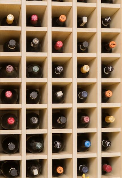 Rack per la conservazione di bottiglie di vino. Foto Premium