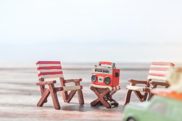 Sedie A Sdraio In Miniatura.Radio In Miniatura Su Un Tavolo E Sedia A Sdraio Con Sfondo Del Mare