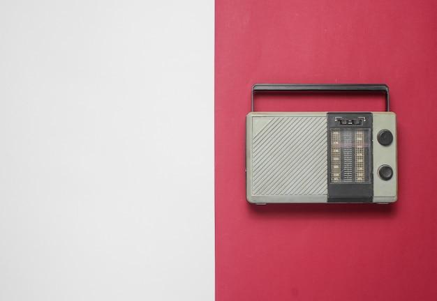 Radio retrò su un tavolo rosso-grigio. vista dall'alto. copia spazio Foto Premium