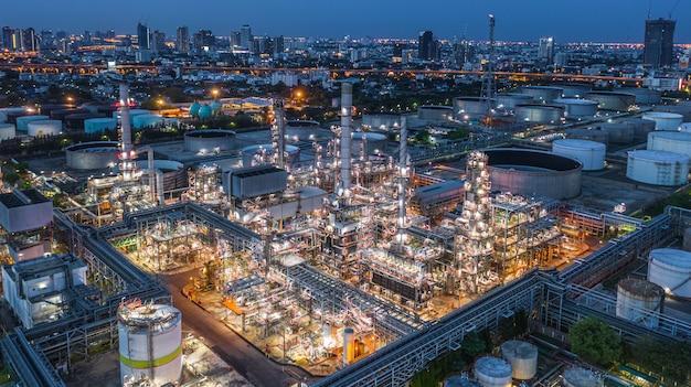Raffineria di petrolio di vista aerea, pianta di raffineria, fabbrica di raffineria alla notte. Foto Premium