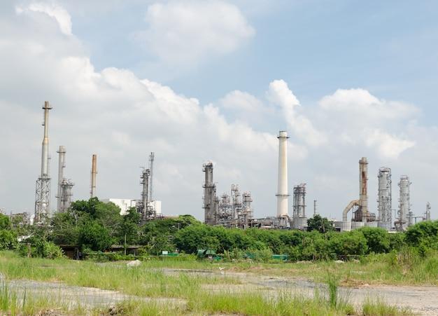 Raffineria di petrolio e cielo Foto Premium