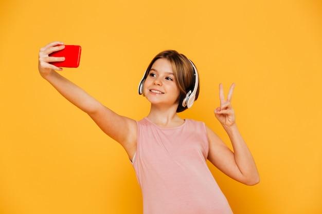 Ragazza abbastanza moderna che fa selfie sullo smartphone isolato Foto Gratuite