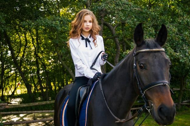 Ragazza adolescente con un cavallo Foto Premium