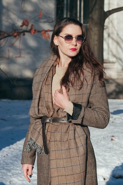 Ragazza affascinante di stile di strada di moda in abiti invernali Foto Premium