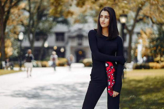 Ragazza alla moda che cammina nel campus della sua scuola Foto Gratuite