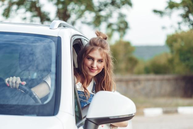 Ragazza alla moda che viaggiano in auto Foto Premium