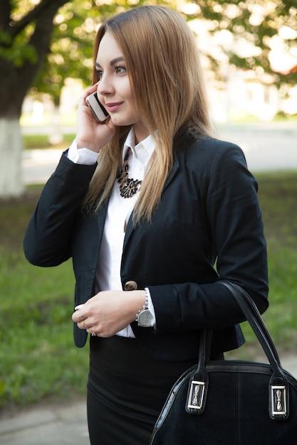 Ragazza alla moda con il cellulare Foto Gratuite