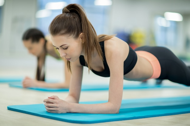 Ragazza allenamento in palestra Foto Gratuite