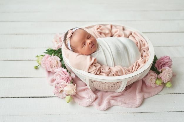 Ragazza appena nata su uno sfondo chiaro Foto Premium
