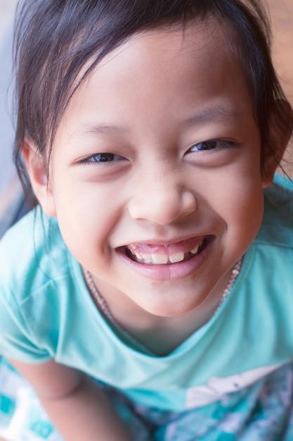 Ragazza asiatica felice del bambino che sorride e che ride Foto Premium