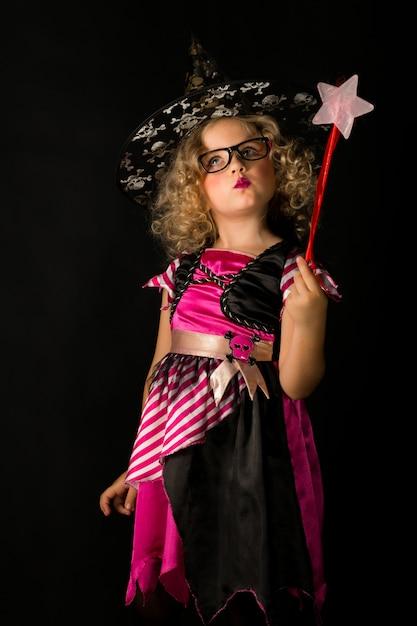 Ragazza attraente in costume di halloween strega Foto Premium
