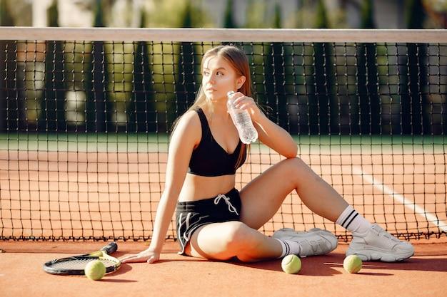Ragazza bella ed elegante sul campo da tennis Foto Gratuite