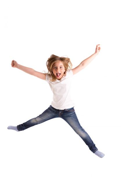 Ragazza bionda bambina rientrata saltando forte vento sui capelli Foto Premium