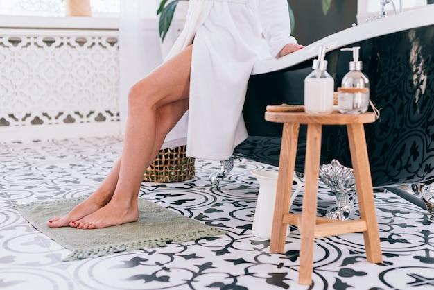 Ragazza bionda sta preparando in bagno Foto Gratuite