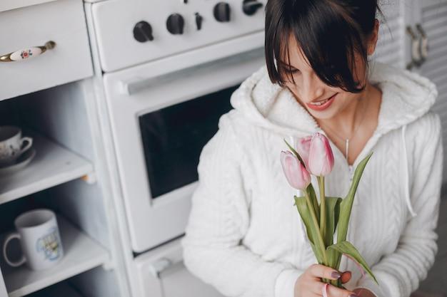 Ragazza bruna con fiori rosa Foto Gratuite