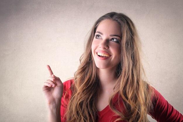 Ragazza carina che puntava il dito Foto Premium