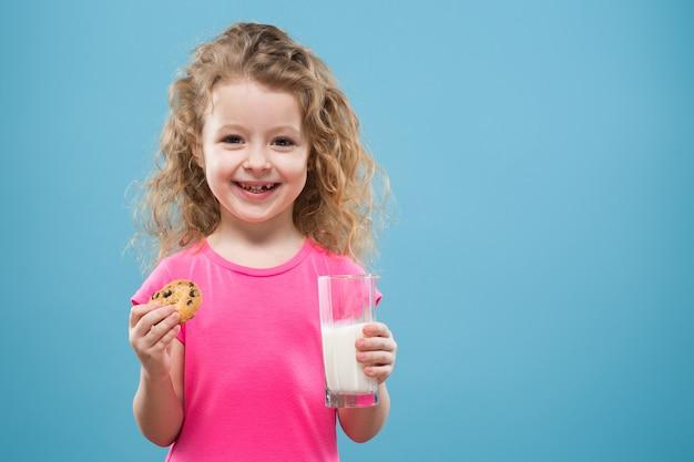 Ragazza carina con contenitore bicchiere e latte Foto Premium