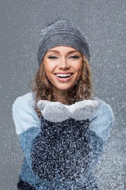 Ragazza carina con fiocchi di neve che si divertono Foto Gratuite