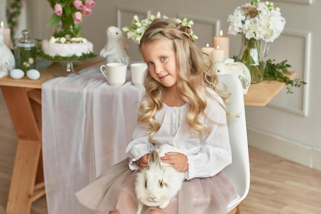 Ragazza carina giocando con coniglio Foto Premium
