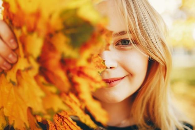 Ragazza carina in un parco in autunno Foto Gratuite