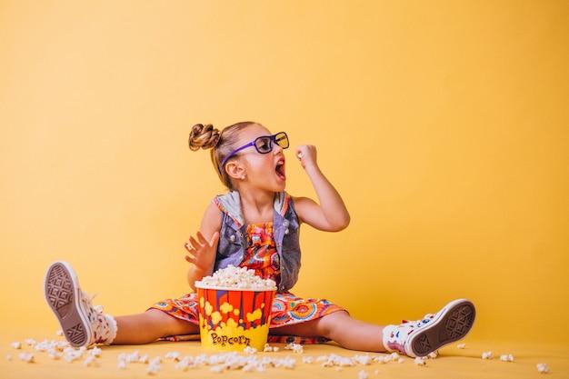 Ragazza carina mangiando popcorn Foto Gratuite
