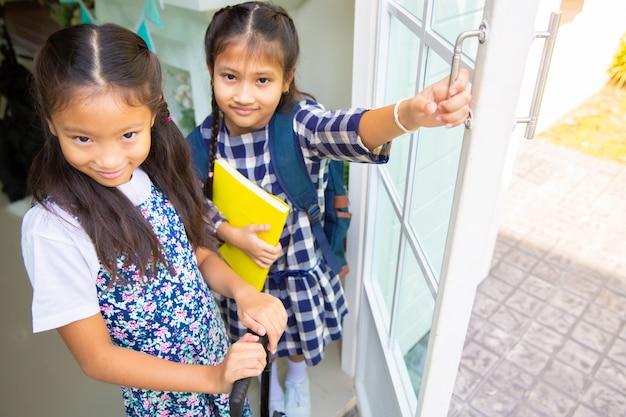 Ragazza carina studente felice di andare a scuola, torna al concetto di scuola Foto Premium