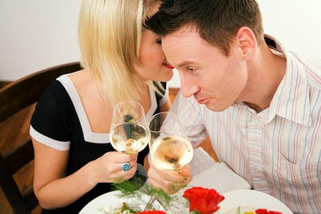 Ragazza che bisbiglia nell'orecchio a suo marito Foto Premium