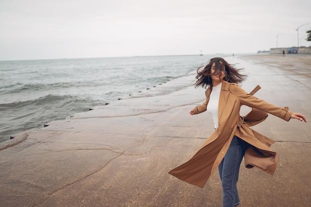 Ragazza che cammina sulla spiaggia Foto Gratuite