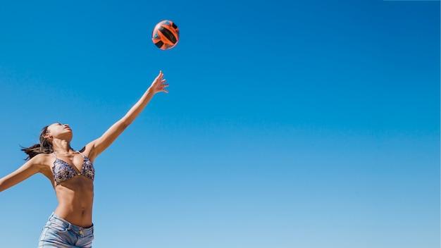Ragazza che colpisce pallavolo Foto Gratuite