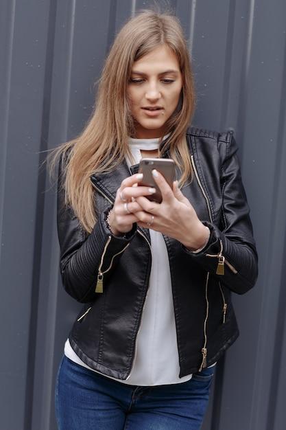 Ragazza che esamina il suo telefono cellulare scaricare for Suo e suo armadio
