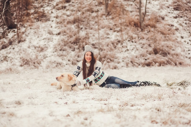 Ragazza che gioca con un cane Foto Premium