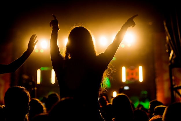 Ragazza che gode nel suo gruppo musicale preferito. Foto Premium