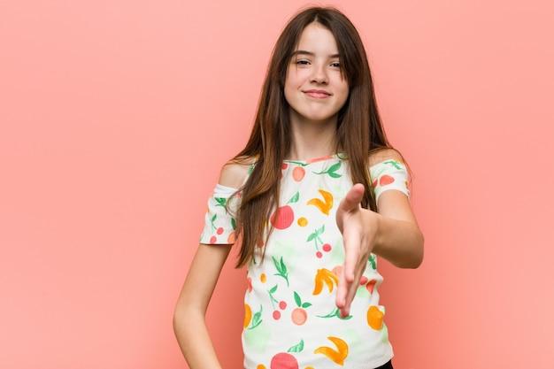 Ragazza che indossa abiti estivi e allungando la mano Foto Premium