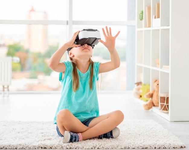 Ragazza che indossa occhiali per realtà virtuale Foto Premium