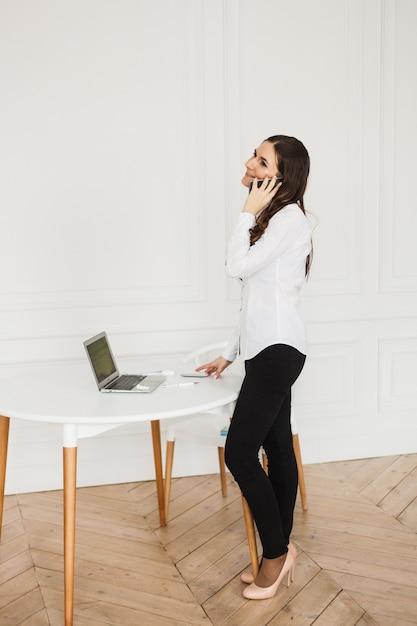 Ragazza che lavora al computer, utilizzando il computer per lavoro, blog, tempo libero e divertimento Foto Premium