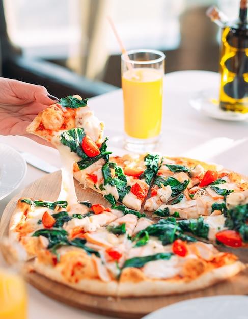 Ragazza che mangia pizza in un ristorante Foto Premium